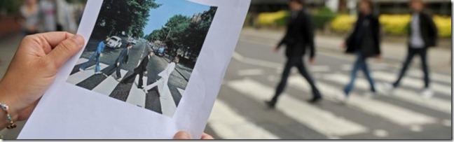imagem-impressa-da-famosa-foto-dos-beatles-em-abbey-road
